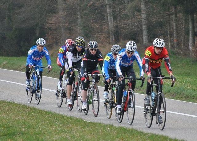 Die Junioren und FA unterwegs. Gianluca Levratti (2. Position), Jessica Schneeberger (schwarz, Mitte) und Stefan Zürcher (am Ende).