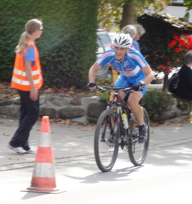 Christoph Pauli auf dem Bike kurz vor der Wechselzone